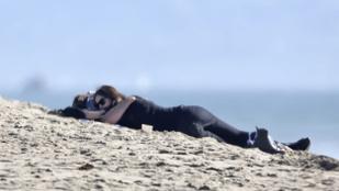 Irina Shayk és Bradley Cooper romantikus fetrengésbe kezdett a tengerparton