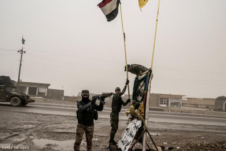 Iraki katonák Moszul keleti részében
