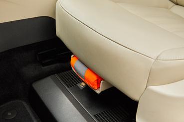 Az ülés alatti rekesz rejti a láthatósági mellényt