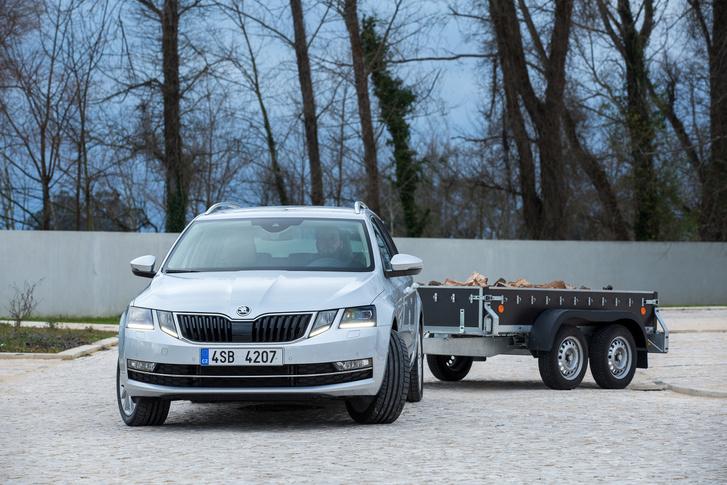 Az egyik új vezetési segédnek hála automatikusan beparkol - akár utánfutóval is