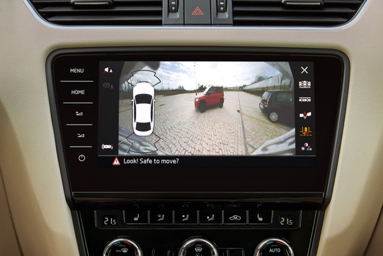 Magától is beparkol, de ha nem hagyjuk neki akkor is segít: kamerával, radarral, irányjelző csíkokkal
