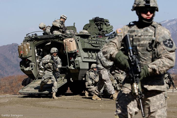 Gyakorlatozó amerikai katonák egy Dél-koreai tréningen