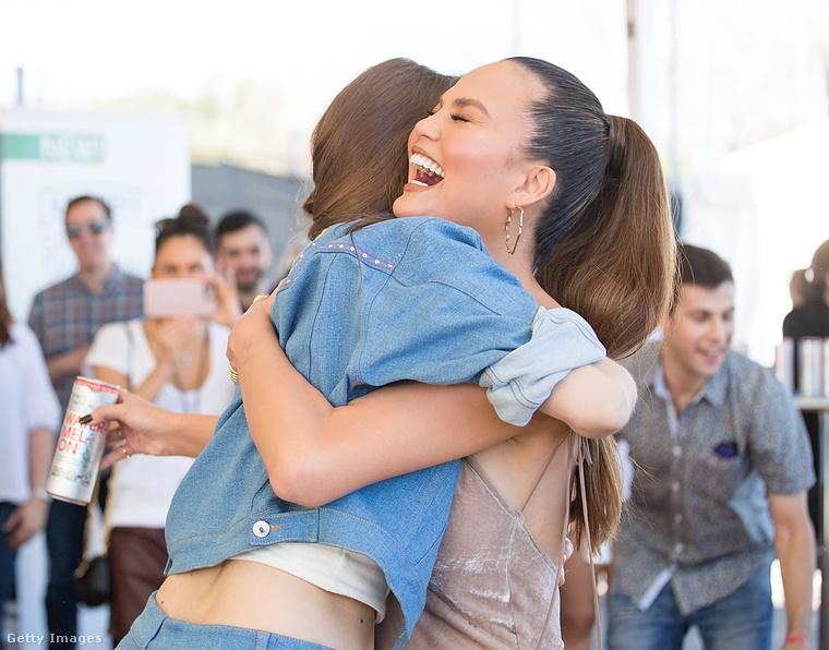 A második napon a hazai szupermodell még Chrissy Teigennel is összeölelkezett - tették mindezt azért, mert nyertek egy babzsákdobáló ügyességi játékban (cornhole)