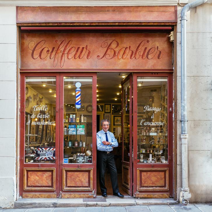 Alain borbélyüzlete ajtajában, ami a leghíresebb a saját műfajában Párizsban