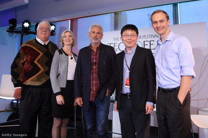 2015-ös csoportkép a New York-i Techfestről, balról a második Jennifer Doudna, a Berkeley biokémia professzora, jobbról a második Feng Csang (MIT)