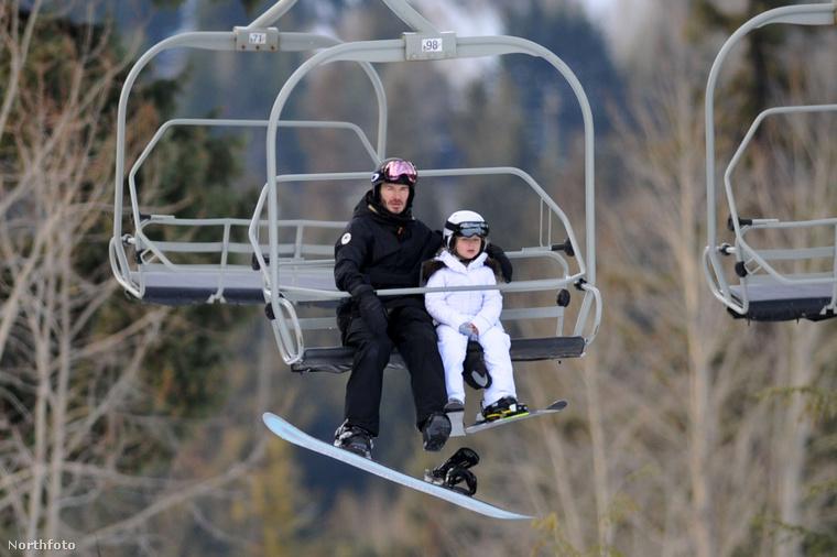 Miközben apu és lánya lazába tolták az inkognitós snowboardozást, addig...