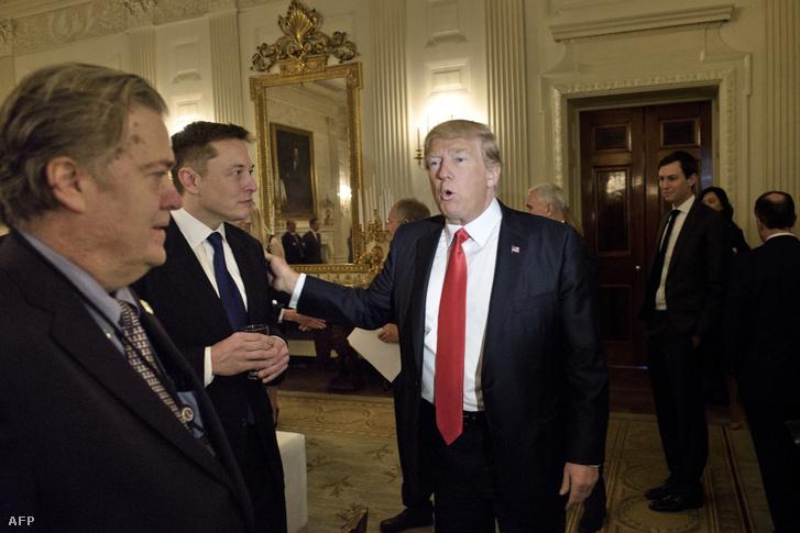 Elon Musk (balra) és Donald Trump találkozója a Fehér Házban február 3-án.