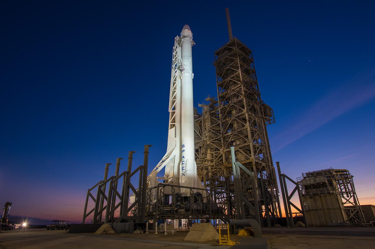 2017. február 6. Esti fények a startálláson, ahol új rakéta várja a történelmi startot.