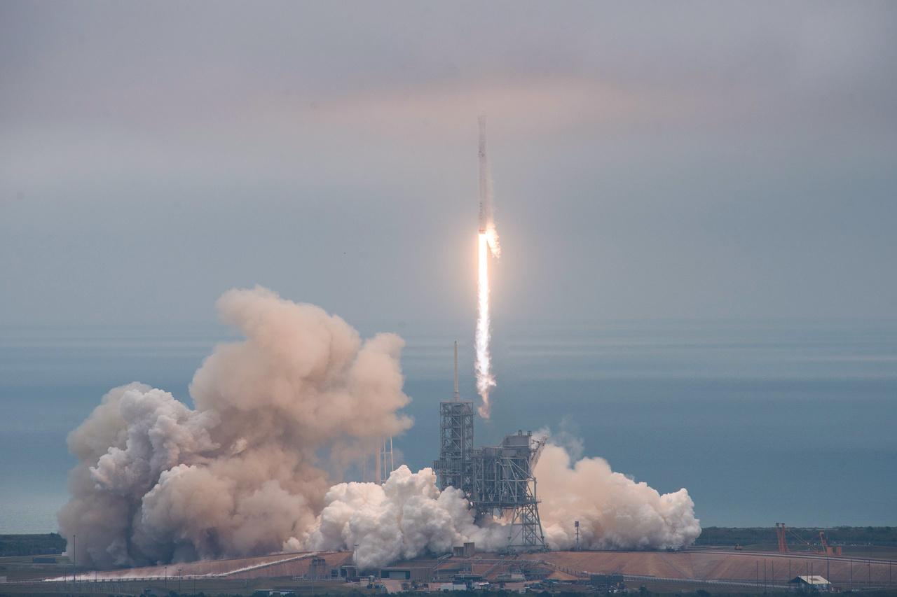 A Falcon-9 a Nemzetközi Űrállomásra tartó Dragon teherűrhajót állította Föld körüli pályára.