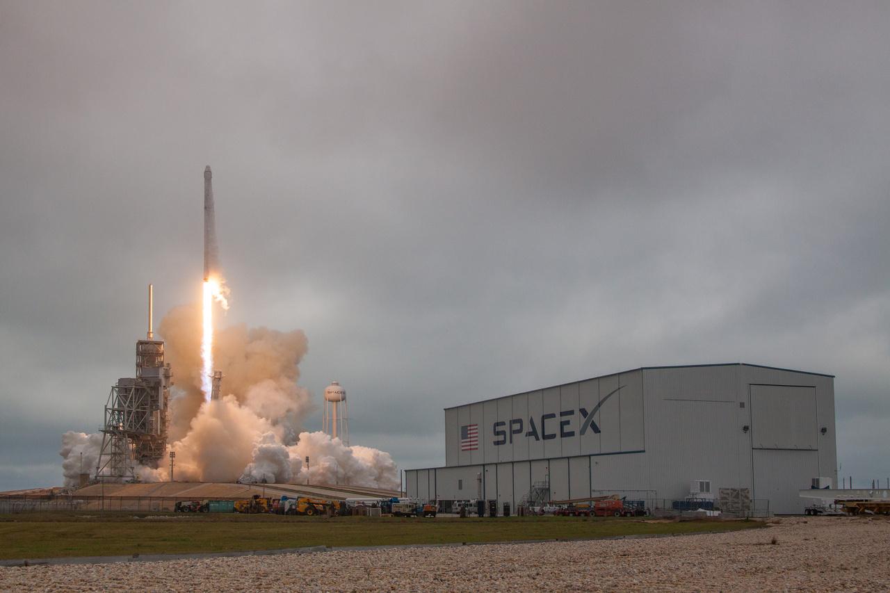 Február 19. Egy nap halasztás után gond nélkül elstartolt a SpaceX rakétája,