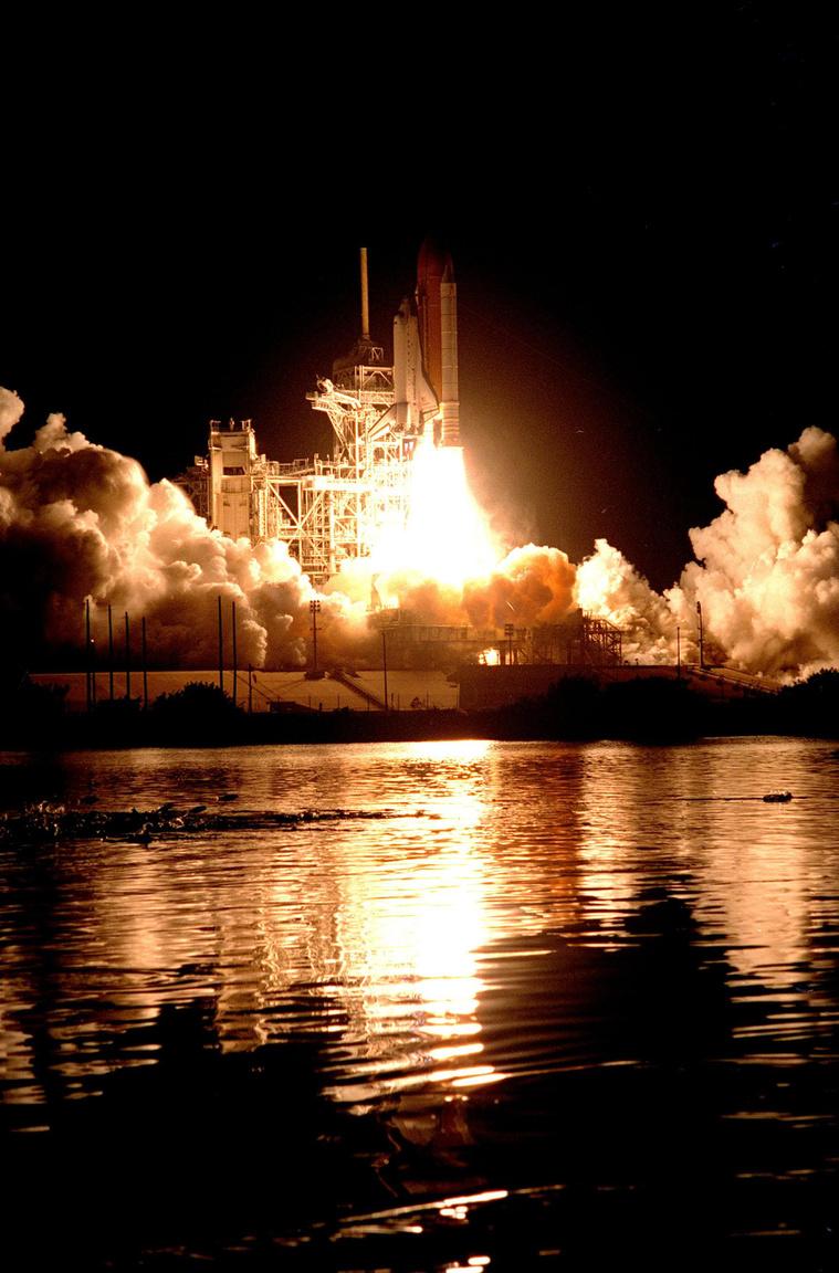 1998. december 4. Az Endeavour űrsikló éjszakai startja, rakterében az épülő  Nemzetközi Űrállomás második moduljával.
