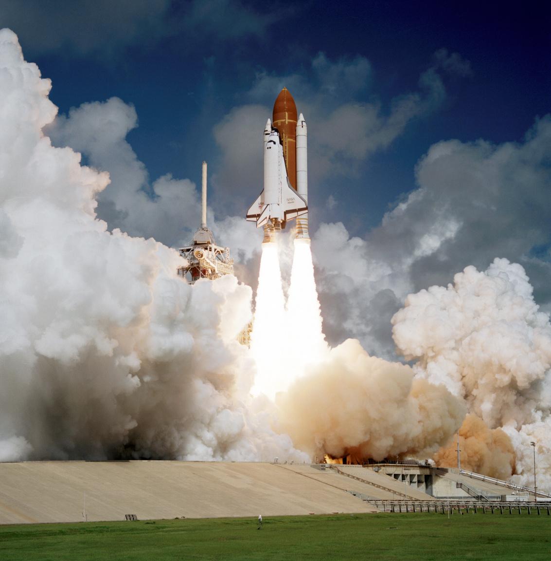1985. október 3. Az Atlantis űrsikló első küldetésére indul.