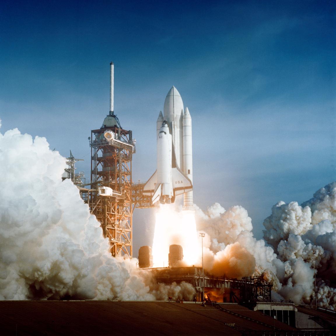 1981. április 12. Az első űrsiklóstart: a Columbia az STS-1-es küldetéssel bizonyította, hogy működőképes az űrrepülésnek ez a formája.