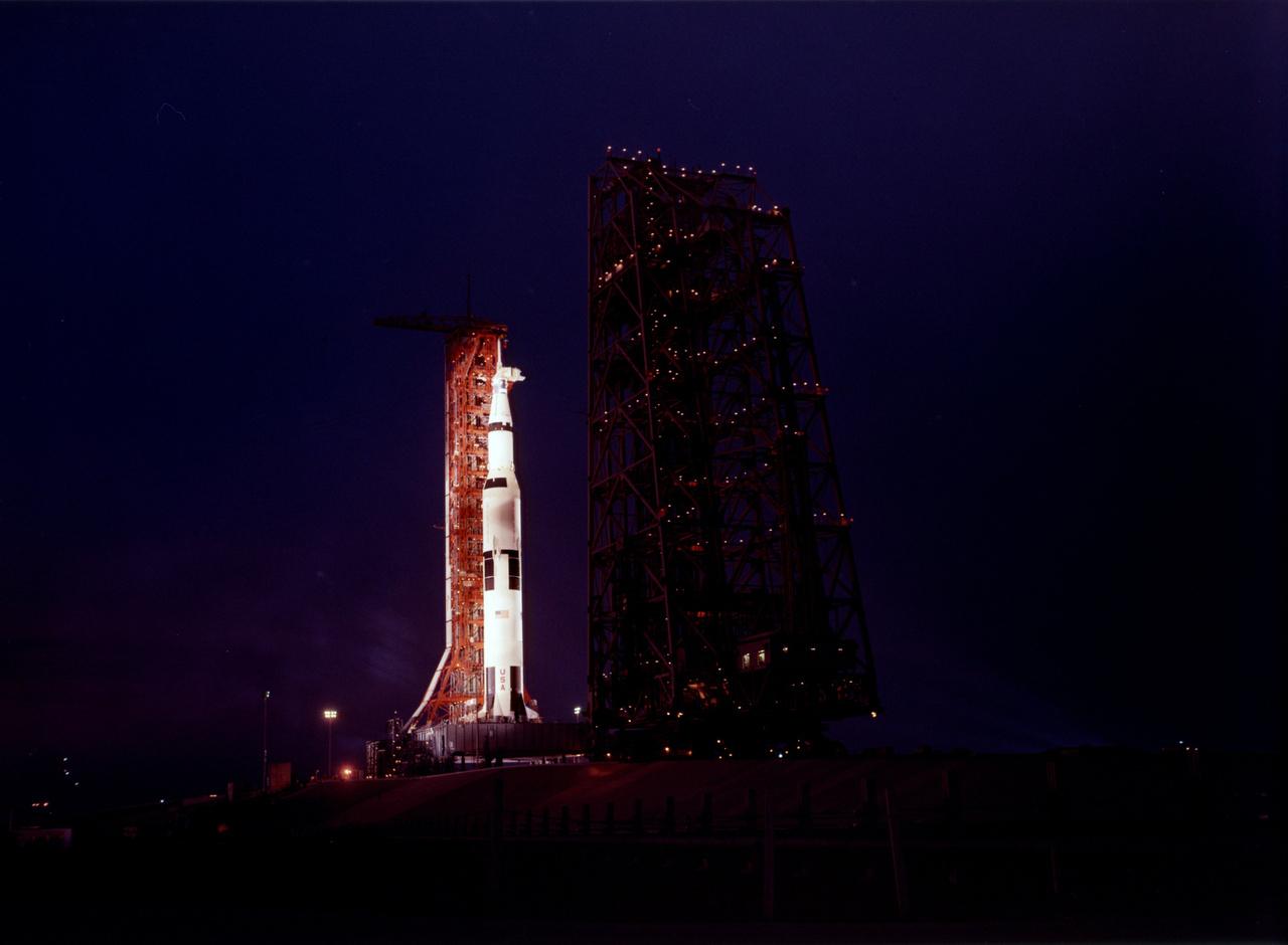 1970. március 25. Az Apollo-13 meghiúsult Holdküldetés rakétájának éjszakai látványa.