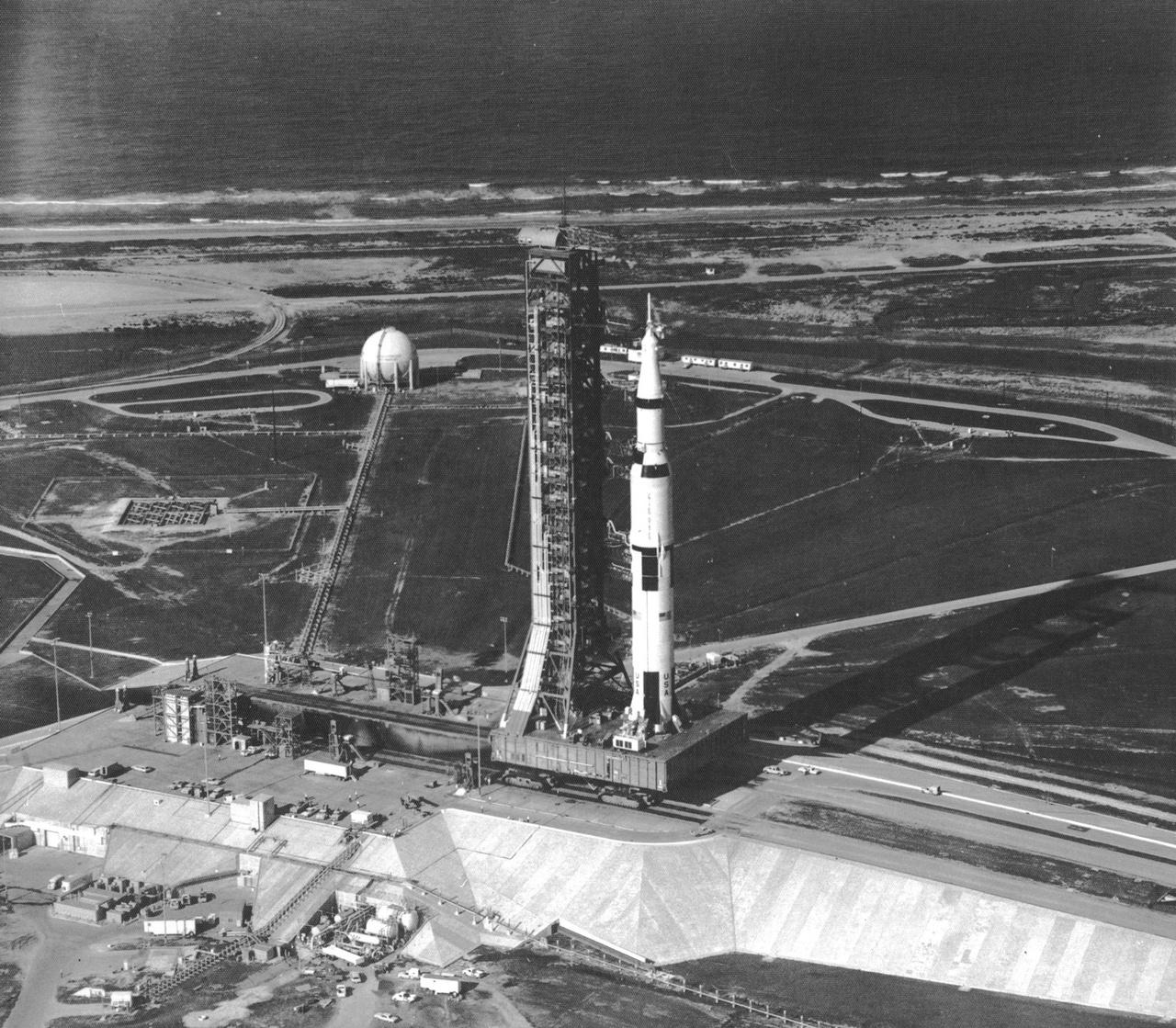 1969. május 20. A 39A startállás és az Apollo-11 küldetésre készülő Saturn V-ös rakéta madártávlatból.
