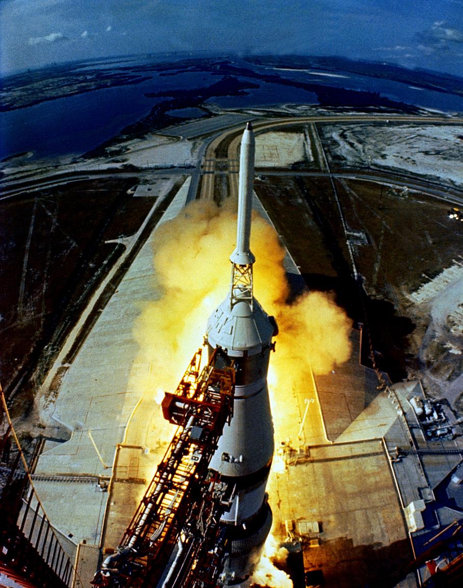 1969. július 16. Ikonikus fotó az Apollo-11 startjáról, a különleges perspektíva jó rálátást nyújt a 39A startállásra is.