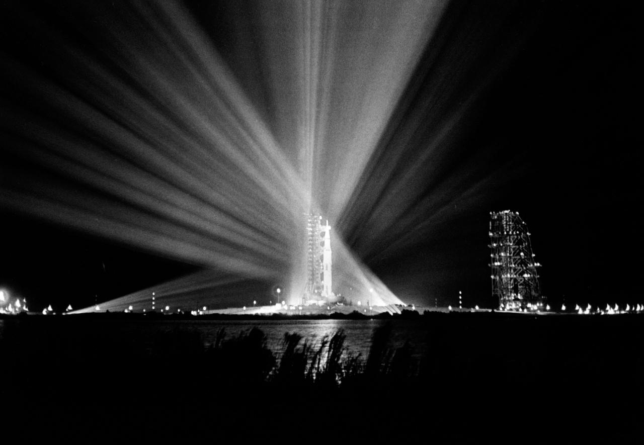 1969. február 23. A 39A startállás és az Apollo-9 küldetésre kész rakéta reflektorok esti fényárjában.