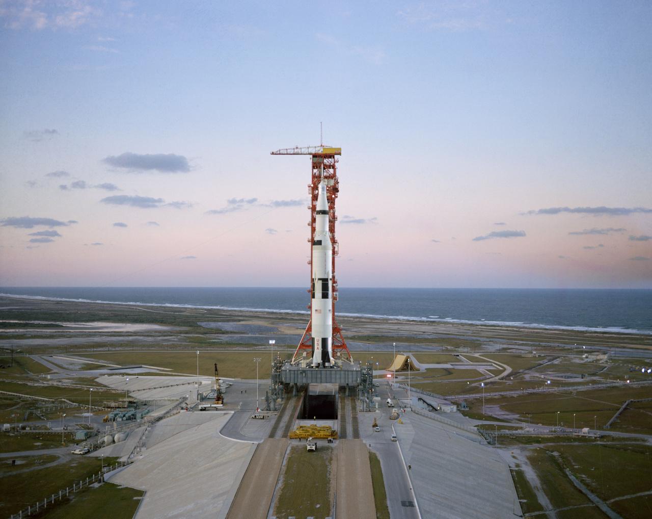 1968. december 17. Az első Holdig eljutó emberes űrrepülésre, az Apollo-8 küldetésre kész Saturn V pár nappal a start előtt.