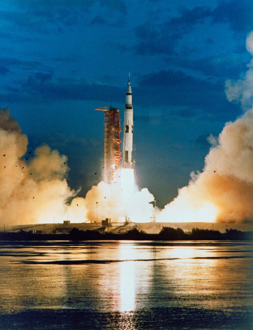 1967. november 9. Az első Saturn V rakétastart. Az Apollo-4 még egy ember nélküli küldetés volt, amivel a rakéta működőképességét, a fokozatok tervszerű leválását, a parancsnoki modul hőpajzsának megfelelőségét vizsgálták.