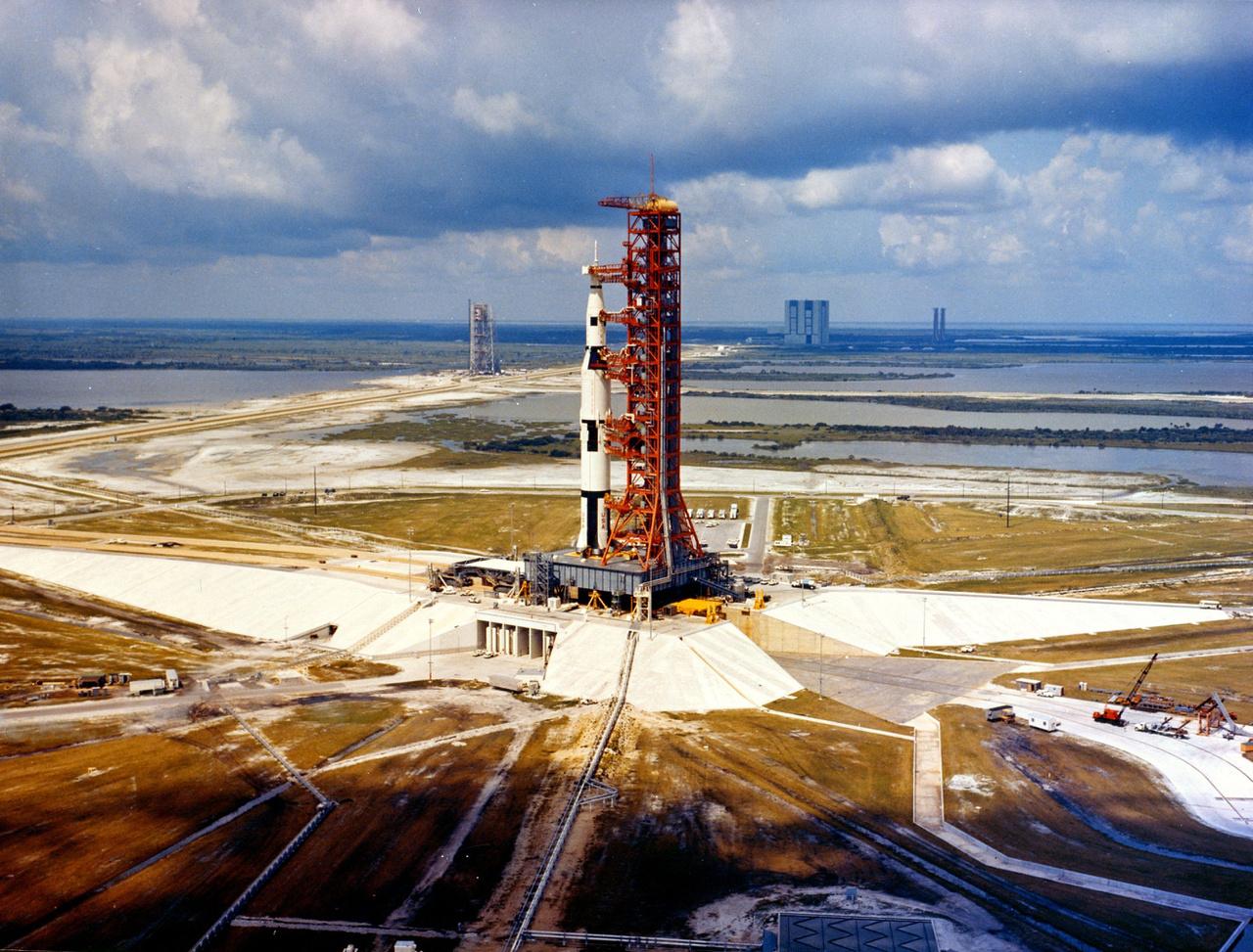 1966: SA-500F, egy röpképtelen Saturn V modell a LC-39A startálláson. A mockup rakétával a komplexum működőképességét vizsgálták, hogy minden rendben van-e a például a szervizplatformmal, a lánctalpas transzporterrel, az üzemanyagtöltő rendszerrel.