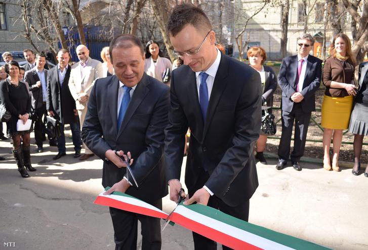 A Miniszterelnökség által közreadott képen Szijjártó Péter, a magyar-orosz gazdasági kapcsolatokért felelős kormánybiztos (j) és Tarsoly Csaba, a Quaestor Csoport elnök-vezérigazgatója megnyitja a magyar kereskedőházat Moszkvában 2013. április 22-én, amelyet a magyar állam a Quaestor Csoporttal együttműködve hozott létre.