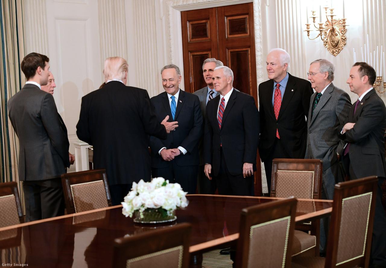 Január 23-án fogadta a Fehér Házban a  Republkánus és Demokrata vezetőket a szenátusból. A találkozóról készült egyik fotó a legjobb példa a Trump körüli különös figyelemre. Az új elnök szavait fürkésző arcokra van írva minden. Még a befolyásos ellenzéki vezetők is rabul ejtve figyelik a szavait.