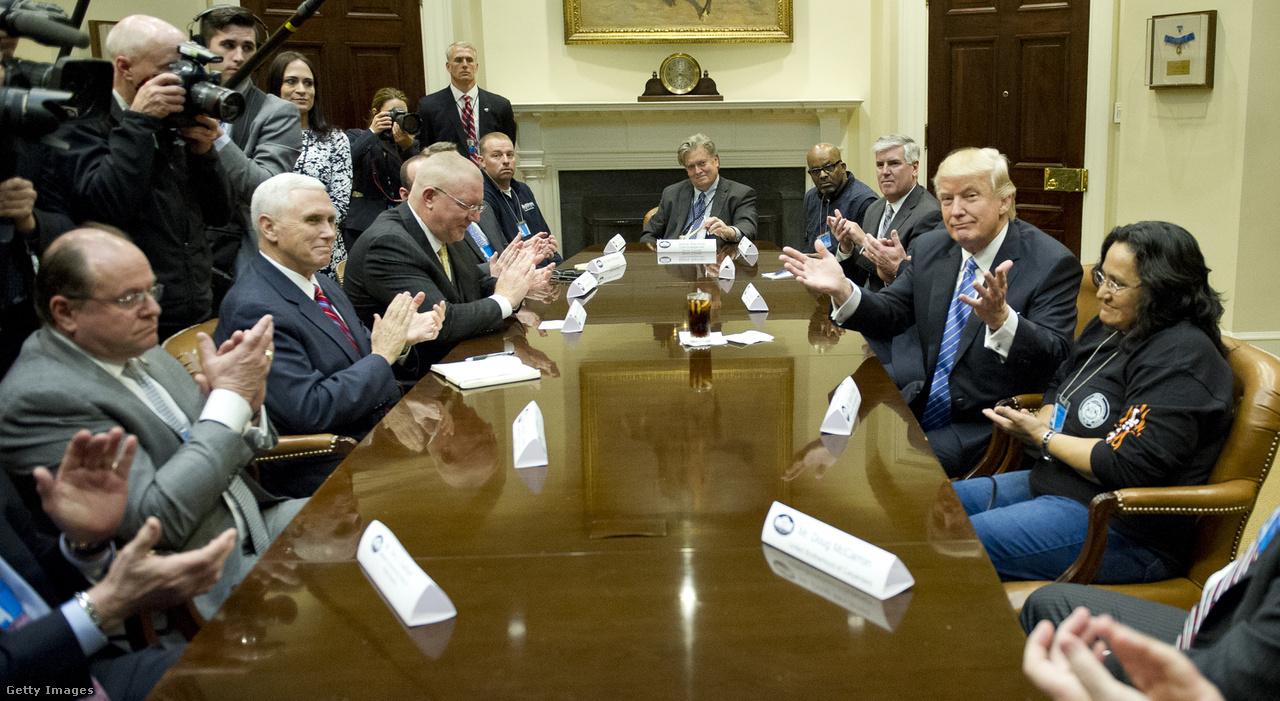 Trump a Breitbart News nevű konzervatív, az alt-righthoz sorolt hírportál korábbi vezérigazgatóját, a fehér házi főstratégának kinevezett Steve Bannont (középen az asztalfőn) beültette a nemzetbiztonsági tanácsba, ahol így a sokak szerint egyfajta szürke eminenciásként működő tanácsadó rettentő fontos befolyással lehet majd a tábornokok és katonai vezetők mellett.