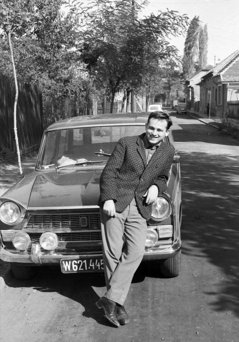 A 24 éves Drimbe József a kispesti, azóta szanáláson átesett Wesselényi utcábanA bécsi rokonok autója előtt. Indulhat a kaland.