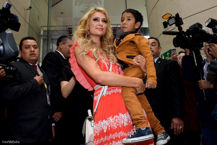 De mit is csinál Paris Hilton, mikor épp nem pasizik?Például gyerekkorházakat látogat meg Mexikóban.