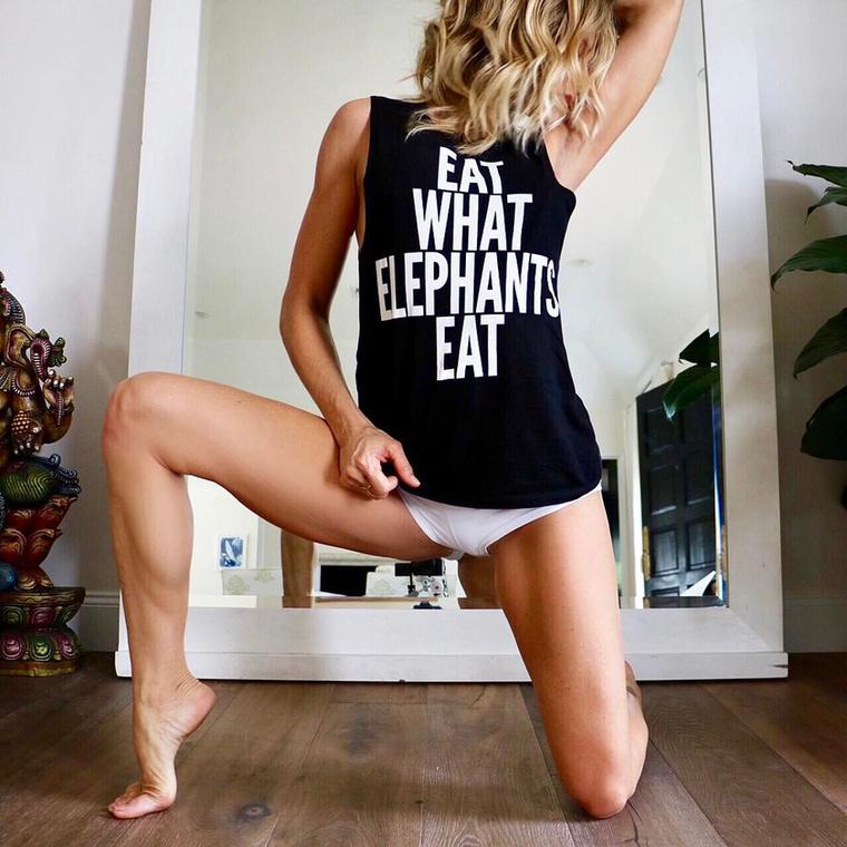 Huszonéves lányokat megszégyenítő vonalait és nagymértékben hajlékony testét elsősorban annak köszönheti, hogy 15 éve gyakorolja a jógát, és úgy étkezik, mint egy elefánt