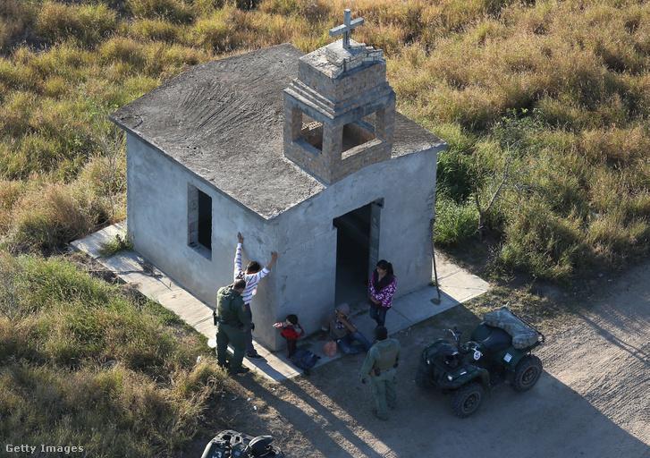 Mexikói családot ellenőriznek amerikai határőrök a határ közelében.
