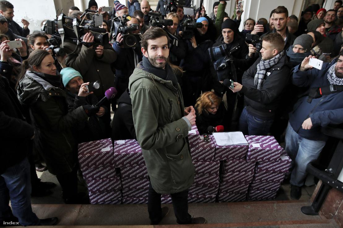 Fekete-Győr András a Fővárosi Választási Iroda aulájában a népszavazásra gyűjtött aláírások leadása előtt.