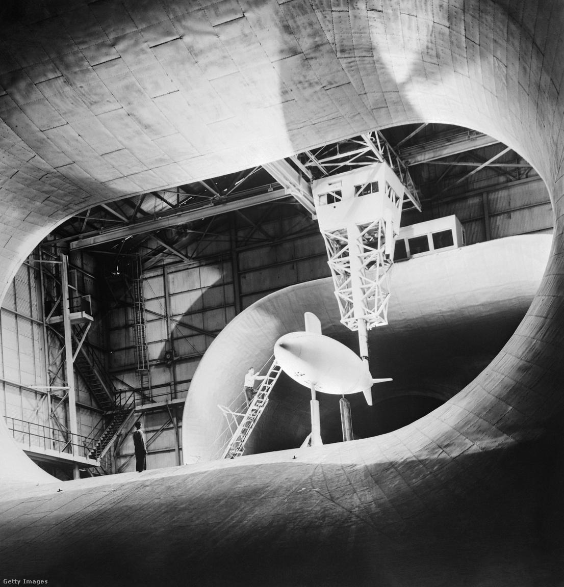 """1950: nemcsak repülőgépeket, de más közlekedési eszközöket is teszteltek, tesztelnek a Langley szélcsatornáiban. A képen az Albacore nevű kísérleti tengeralattjáró """"aerodinamikai"""" tulajdonságait tesztelik. Az Albacore alakja lett a későbbi modern atomtengeralattjárók etalonja."""