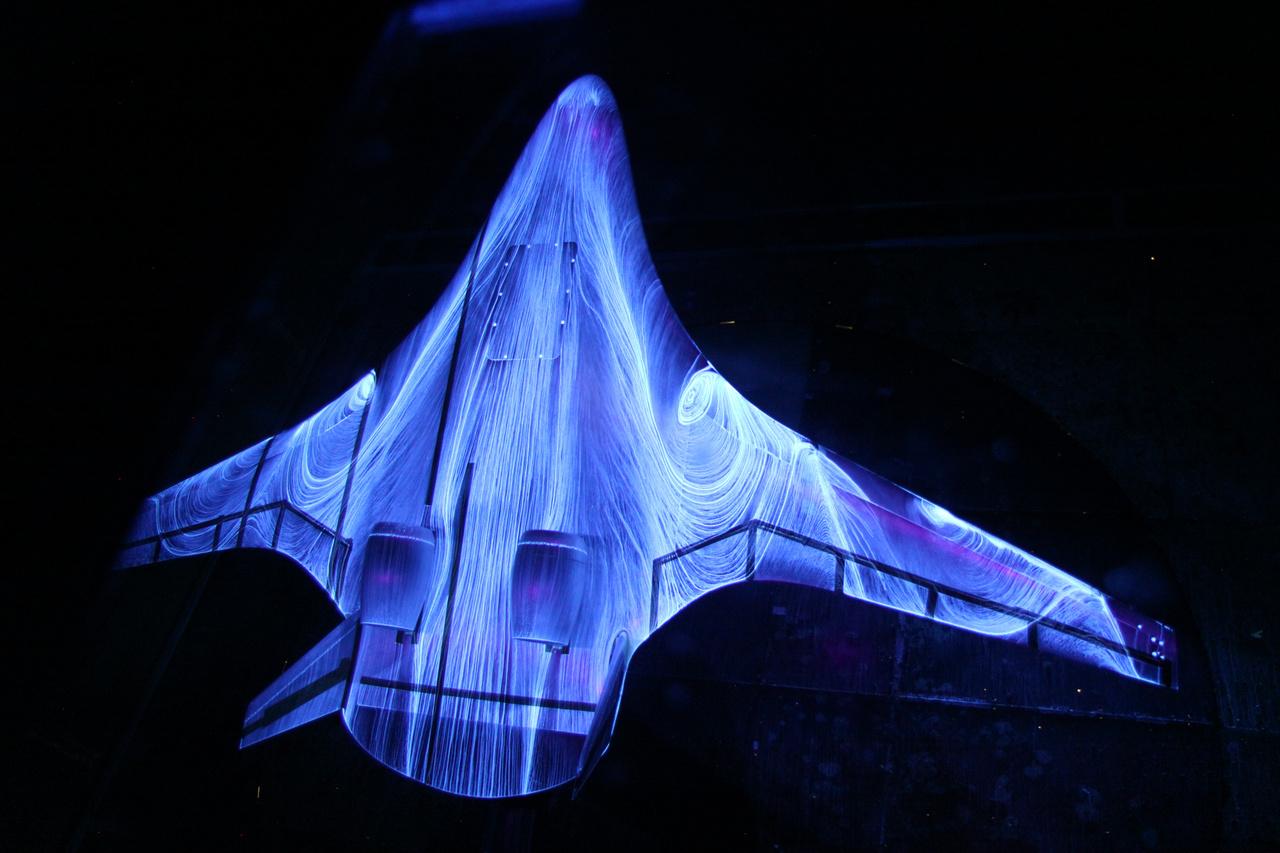 2011: fluoreszkáló olajjal befújt hibridszárnyú repülőgép modellje hangsebesség alatti szélcsatornában, a kutatók a légáramlások mintázatát figyelték a kísérleti kialakítású repülőgép felületein.
