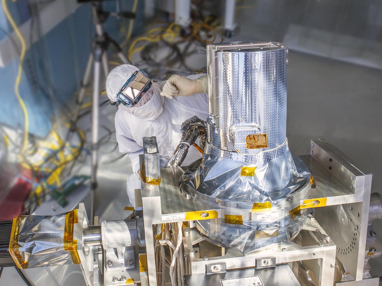 2013: a Nemzetközi Űrállomásra felvitt SAGE III (Stratospheric Aerosol and Gas Experiment) légkörelemző műszert teszteli egy tudós a kutatóközpont tisztaszobájában.