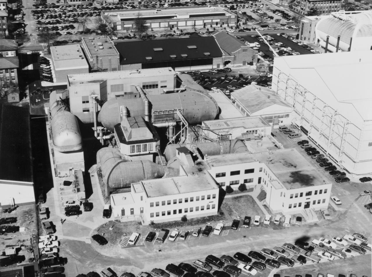 A Langley Kutatóközpont a nyolcvanas években. A hatalmas csövek a szélcsatornák.