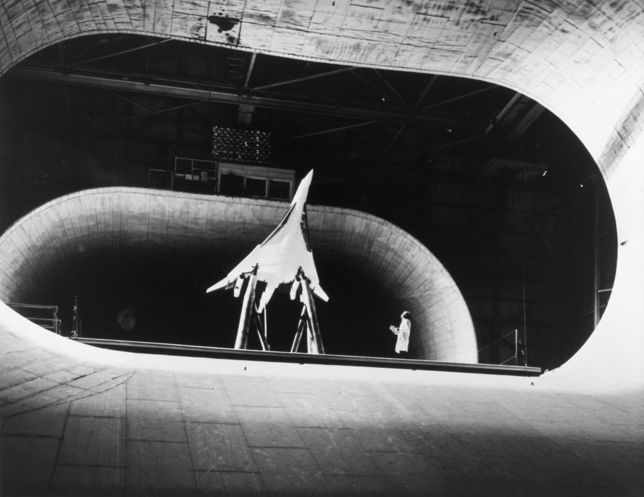 Szuperszónikus repülőgép nagyméretű modellje a szélcsatornában, a hetvenes években.