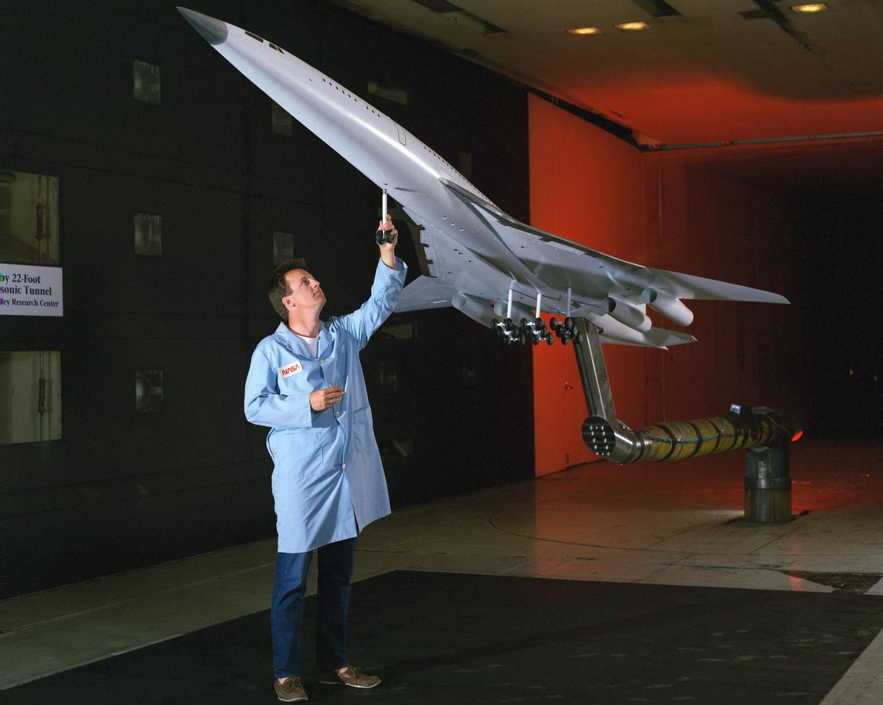 2009: a hangsebességnél gyorsabb utasszállító repülőgépekkel kapcsolatos új kutatások egy jelentős része a Langley-ben folyik. A képen látható Boeing modell a tervek szerint a hangsebesség 2,4-szeresével repülhet.