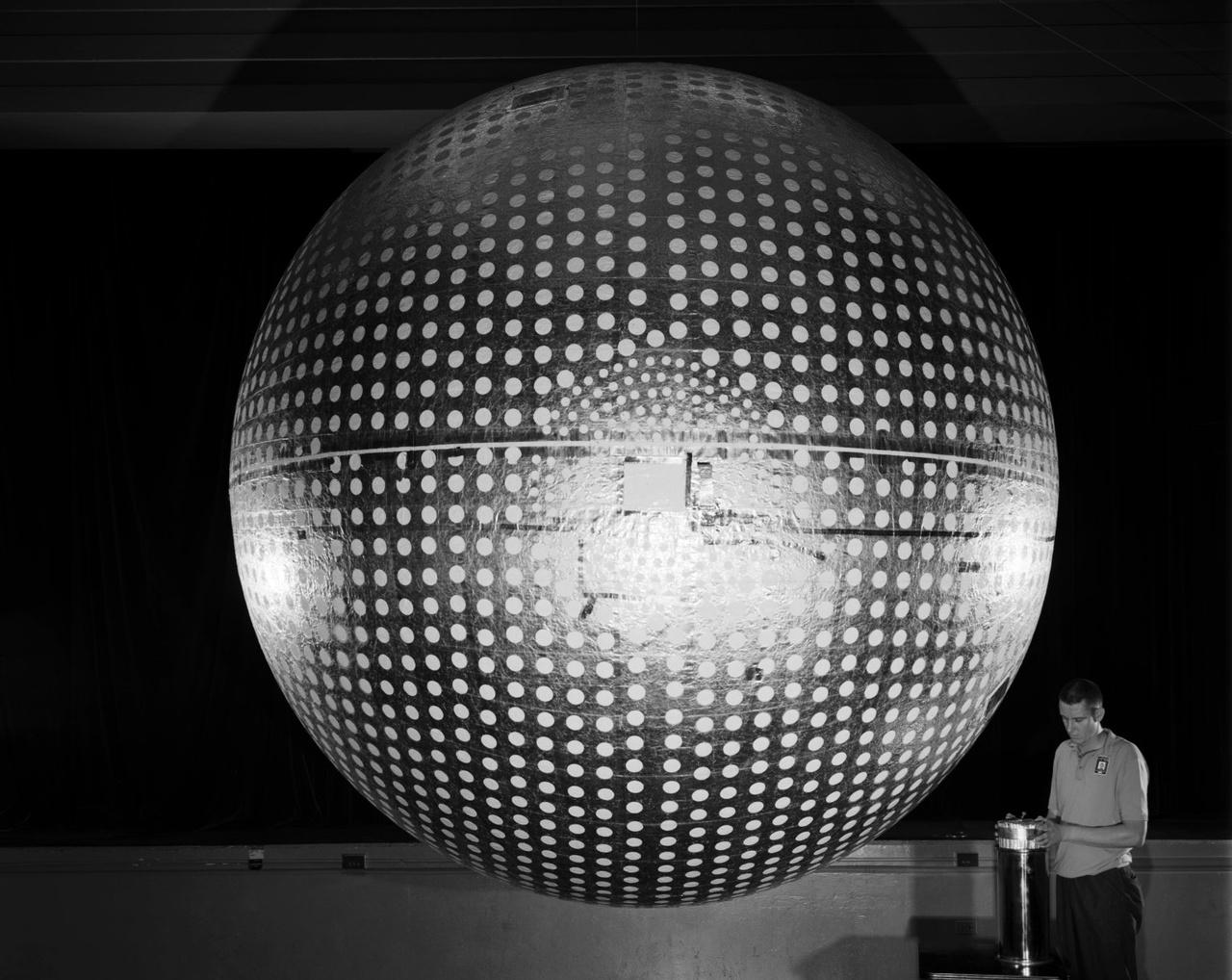 1964: a 2,6 méter átmérőjű Explorer 24 felfújható műholdat a Langley mérnökei tervezték. A műhold a napsugárzás és a légkör sűrűségének kapcsolatát vizsgálta.
