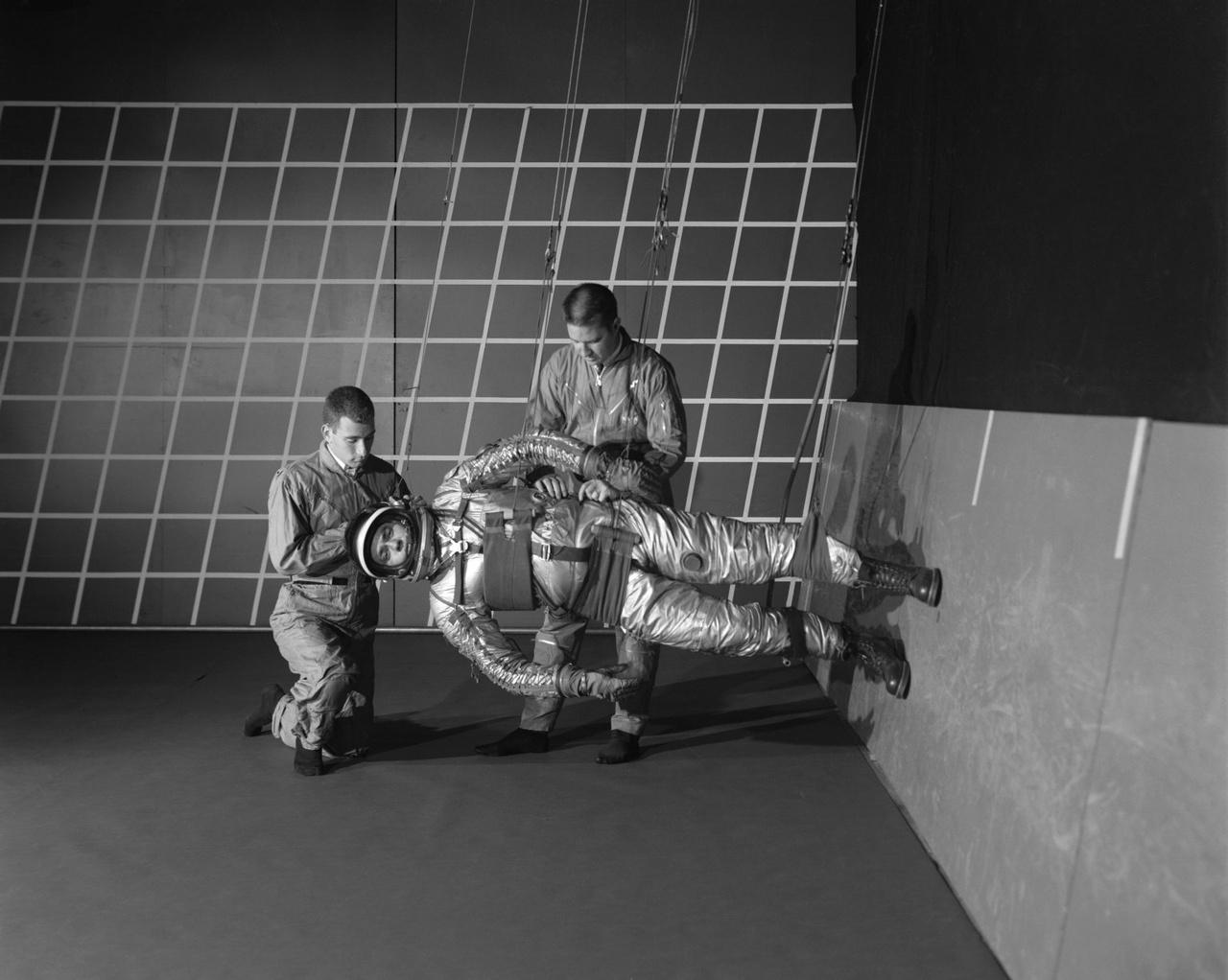 1963: a csökkent gravitációjú sétaszimulátor (Reduced Gravity Walking Simulator) első változata a LRC egyik hangárjában. Ebben a helyzetben a tesztalany lábai pont a testsúlyának egyhatodát érzékelik, csakúgy mint a Holdon.