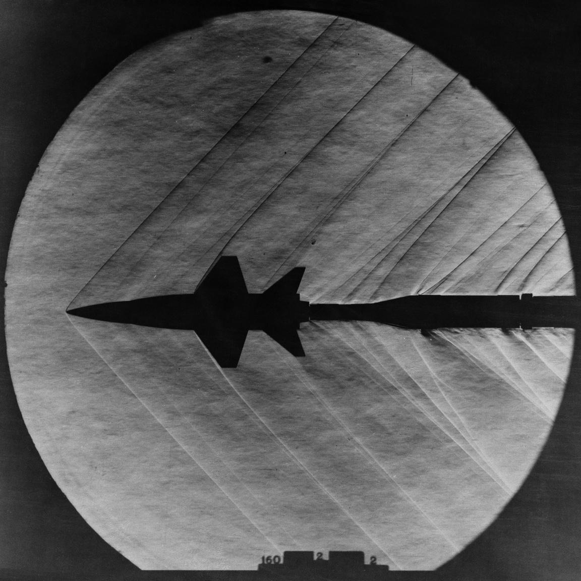 1962: az X-15 kísérleti űrrepülőgép modellje a LRC egyik szuperszonikus szélcsatornájában. Az úgynevezett Schlieren fotó a modell által keltett léghullámokat mutatja.