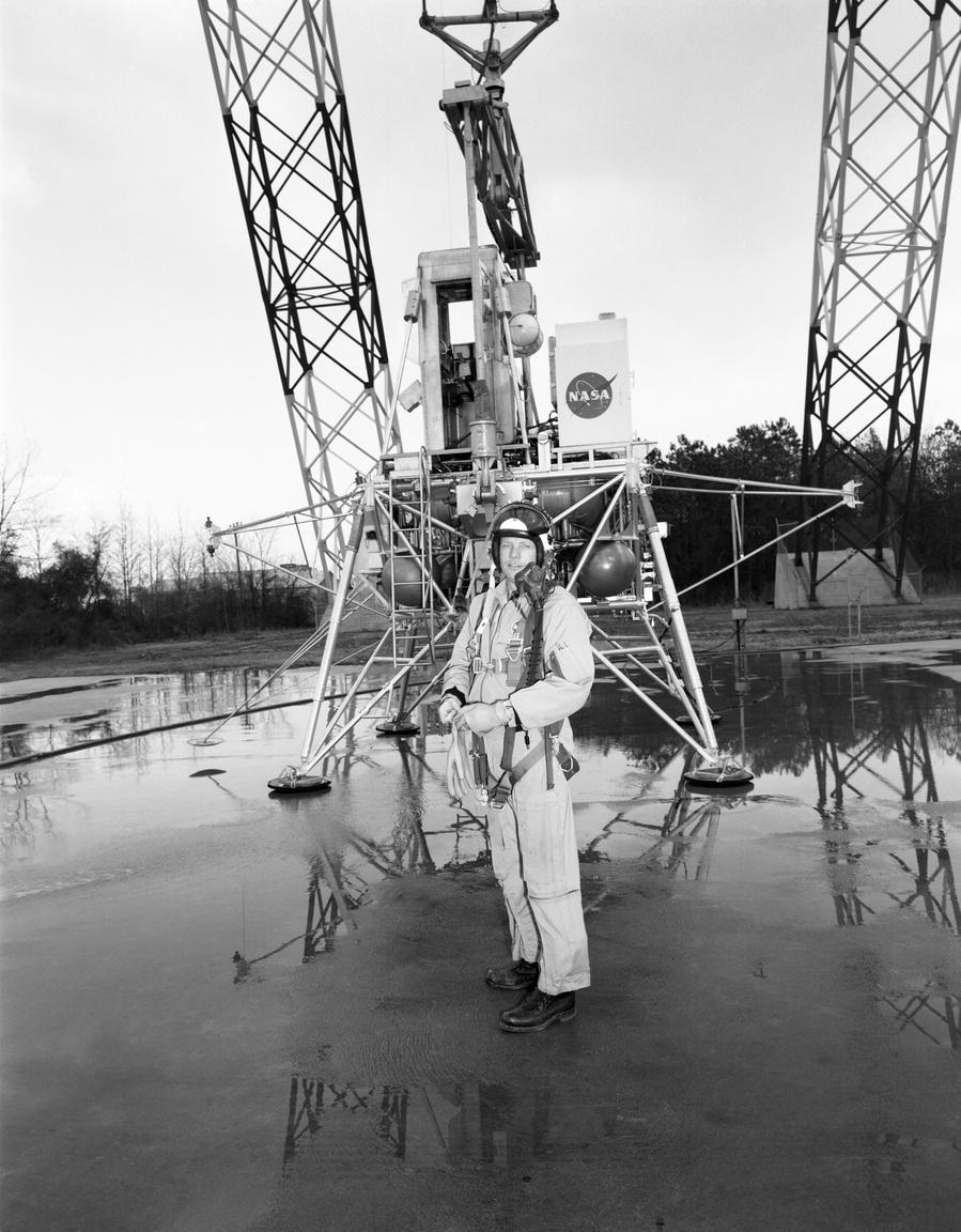 1969: landolást gyakorló Neil Armstrong egy holdkompmodell társaságában a LRC holdraszálló kutatóegységében.