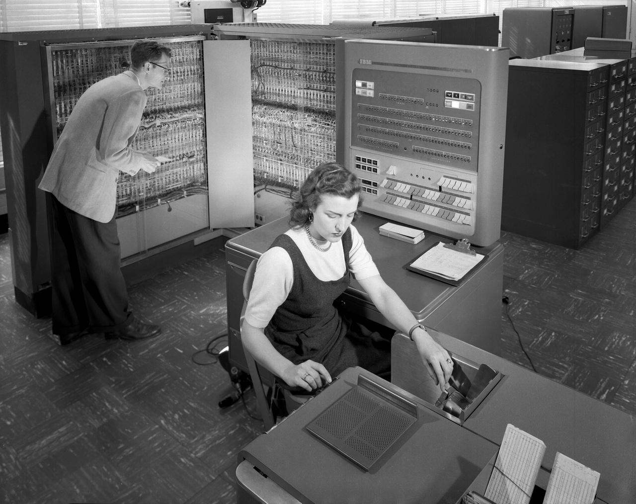 1957: IBM 704 típusú számítógéppel végez aeronautikai számításokat a LRC két alkalmazottja.