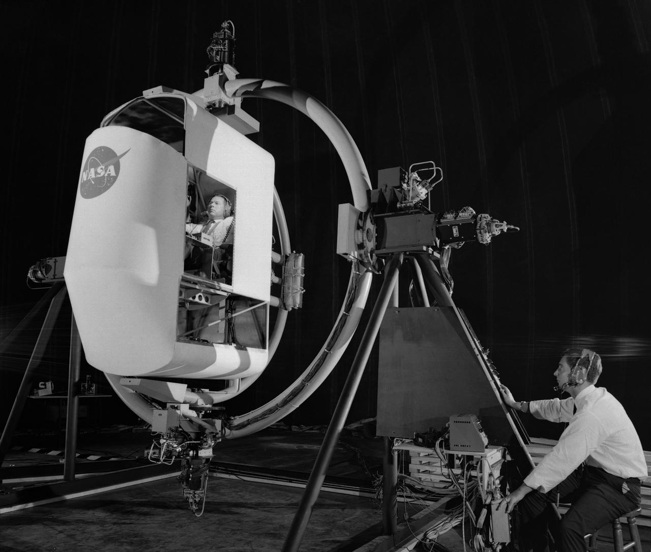 1962: lunáris űrrandevú-szimulátor munka közben. A képből kiderül, hogy a Holdraszálláshoz vezető utat nyakkendős, fehér inges mérnökök kövezték le.