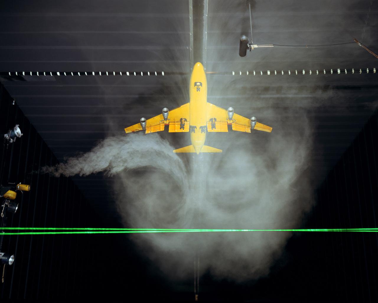 1981: utasszállító repülőgép modellje az LRC légörvényeket vizsgáló kutatólaborjában.