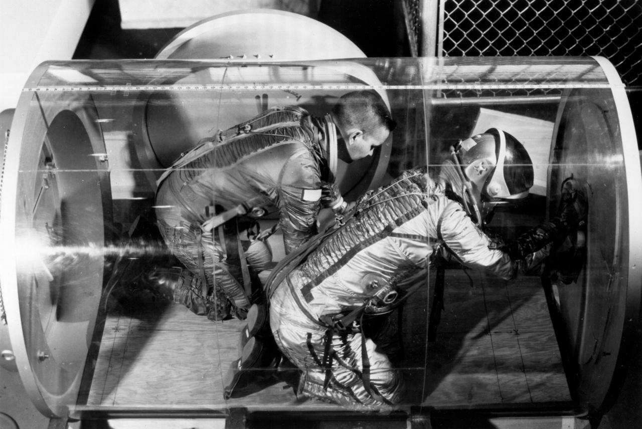 1966: a képen látható plexicsővel azt tesztelték, hogy egy leendő űrállomás részeként mennyire könnyű egy légzsilipen ki-be mozogni űrruhában.