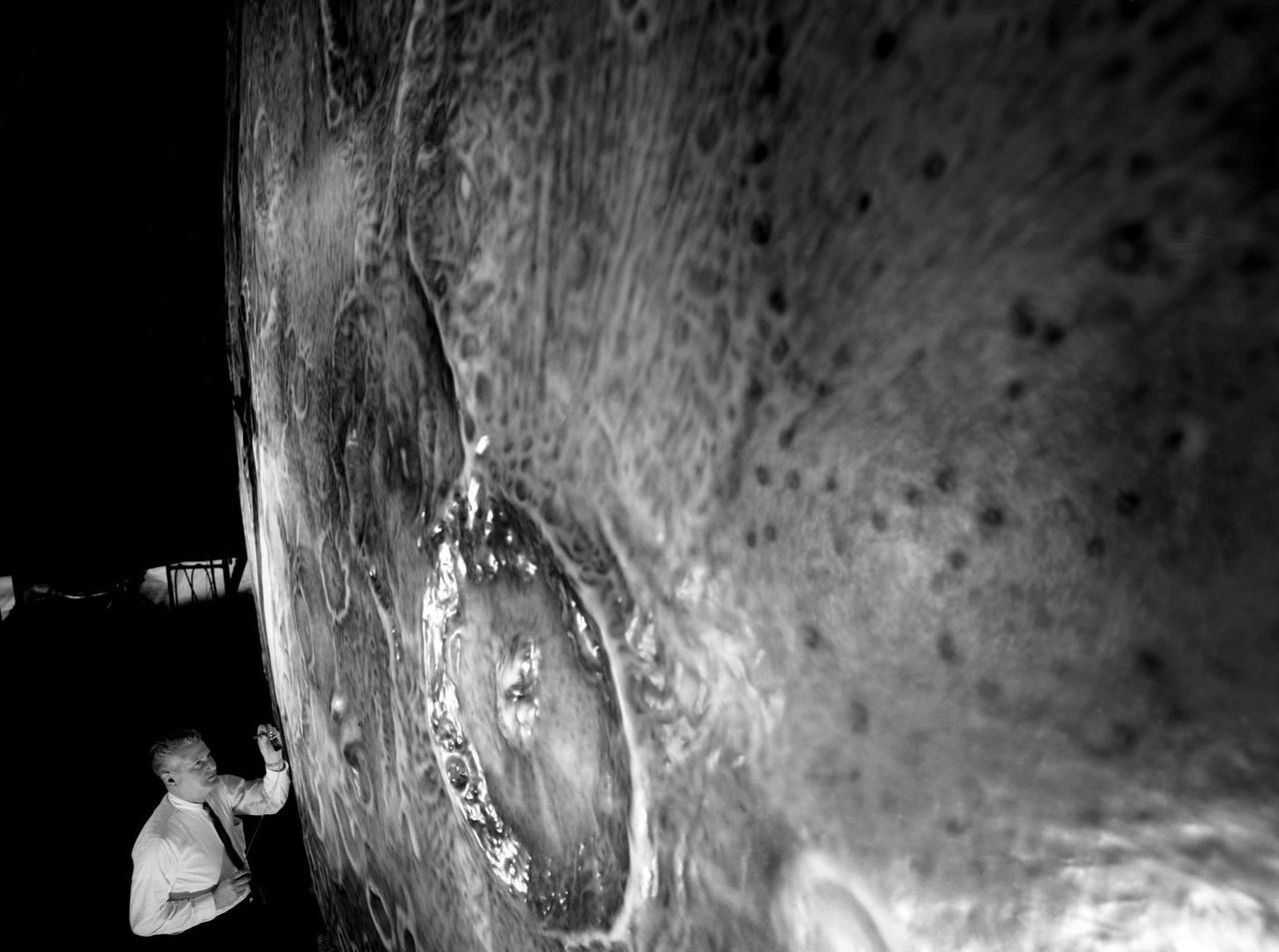 A LOLA szimulátorhoz négy hatalmas Holdat készítettek a NASA által felkért művészek. Mint később kiderült, a LOLA módszer nem volt valami hatékony, mivel pont az egyik legfontosabb mozzanatot, a Hold körüli pályán való összekapcsolódást nem lehetett vele gyakorolni.