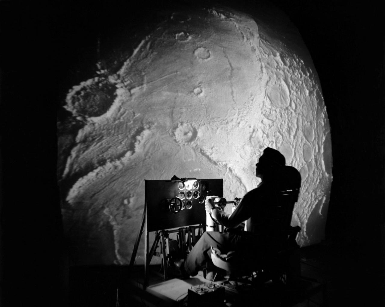 1966: a LOLA szimulátorral (Lunar Orbit and Landing Approach) a Hold körüli pályára állást és a landolást lehetett gyakorolni.
