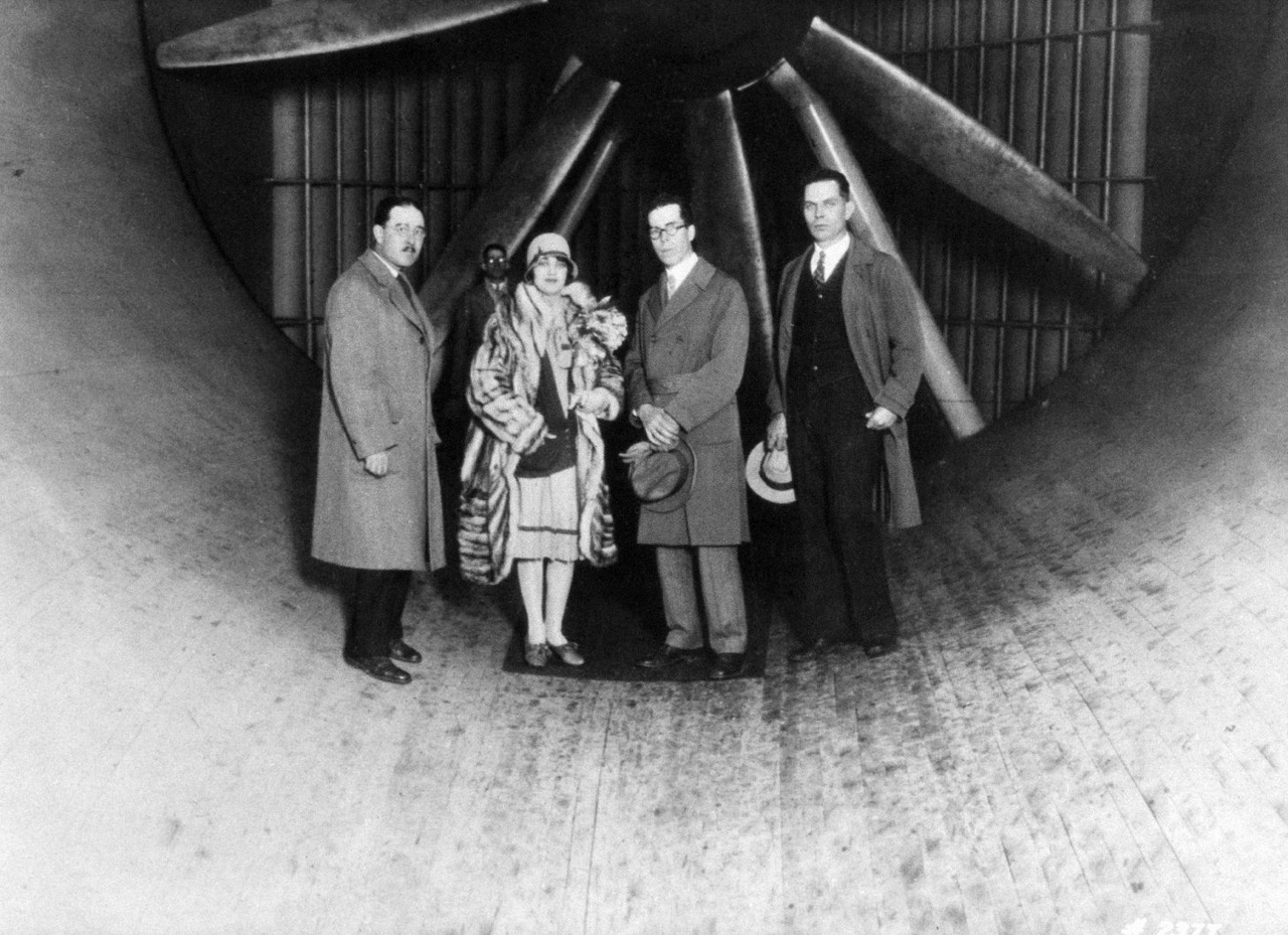 A fenti, 1922 körül készült csoportképen Thomas Carroll, a NACA tesztpilótája, Ruth Elder, színésznő és pilóta, Henry J. E. Reid a Langley igazgatója és Edward R. Sharp adminisztratív vezető látható (balról jobbra).