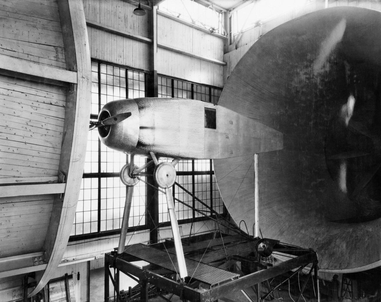 Az 1920-as években a leginkább a légellenállás csökkentésének módjait kutatták a Langley tudósai, és többek között a képen látható, a repülőgép motorját elfedő borításokkal kísérleteztek sikerrel.